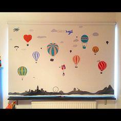 Rullgardinen är äntligen klar och uppsatt i systerdotterns rum. Lilla Liv verkade glad och utförde en liten minidans på golvet när hon såg rullgardinen.  Moster är också nöjd och glad att rullgardinsprojektet är avslutat. #måladrullgardin #rullgardin #luftballonger