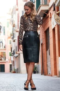 leather look pencil skirt outfit Black Leather Pencil Skirt, Pencil Skirt Casual, Leather Midi Skirt, Pencil Skirt Outfits, Edgy Work Outfits, Leopard Outfits, Looks Street Style, Leather Fashion, Fashion News