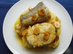 Merluza con salsa ajada. Ver la receta http://www.mis-recetas.org/recetas/show/40219-merluza-con-salsa-ajada