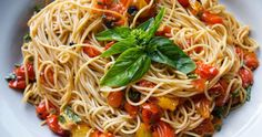 This Vegan One Pot Pasta meets up rapidly and leaves almost no wreckage to tidy up! A gluten free pasta stews in a scrumptious smooth tomat. Roasted Tomato Pasta, Tomato Basil Pasta, Creamy Tomato Sauce, Roasted Tomatoes, Spinach Pasta, Dried Tomatoes, Vegan Protein Sources, Creamy Pasta Recipes, Vegetarian Recipes