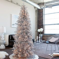 Check Out 25 White And Silver Christmas Tree Decorations Ideas. Silver and white colors are the best ones to remind of icy winter days. They are amazing for décor – white snowflakes, silver garlands and, of course, white Christmas tree decorations! White Christmas Tree Decorations, Pre Lit Christmas Tree, Modern Christmas Decor, Silver Christmas Tree, Christmas Living Rooms, Christmas Tree Design, Beautiful Christmas Trees, Cozy Christmas, Xmas Tree