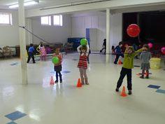preK pasadena 2011/2012: MOTRICITE: Les jeux collectifs et les ateliers de lancer Activity Games For Kids, Yoga, Physical Education, Ballons, Basketball Court, Animation, Sports, Stage, Motors