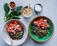 Varme linser med tahin, tomat & spinat - Vanlose Blues