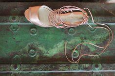 The Day Shoe . Modelo Dani da linha Pret-a-Porter na versão Cobre Rosê. Noiva no Campo ou Praia podem manter o estilo também nos pés. Sapato de noiva do jeitinho que você sonha... #sapataodenoiva #sapatosobmedida #feitoamao #thedayshoe #sapato #saltoalto #shoe #shoes #wedding