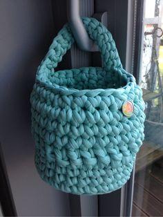 Petite corbeille de rangement menthe à suspendre crochetée main en coton recyclé (Zpagetti, trapillo, hoooked) : Meubles et rangements par knit-and-lovely-ideas