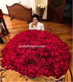 You can order flowers online to give pleasant surprise to your loved one. Let your valentine feel essence of flowers and why these flowers are symbol of beauty which doesn't disappear with age but remain with you for lifetime. Luxury Flowers, My Flower, Pretty Flowers, Flower Power, Roses Luxury, Red Rose Bouquet, Bouquet Wrap, Rose Bouquet Valentines, Send Flowers Online