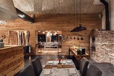 Restauracje Sopot - stolik z ciemnego drewna dla całej rodziny