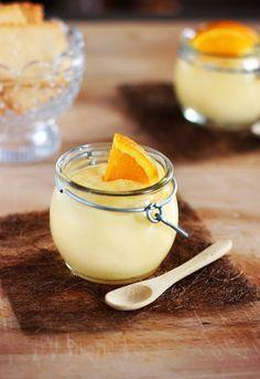 Un delicioso mousse de naranja para acabar una deliciosa comida con broche de oro. Este mousse de naranja es ligero y delicioso. Mason Jar Desserts, Desserts In A Glass, Dessert Shots, Dessert In A Jar, Bakery Recipes, Dessert Recipes, Cooking Recipes, Flan, Orange Mousse