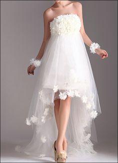 Luftiges Tüllkleid mit unzähligen Blüten besetzt - für die romantische Hochzeit im Frühling!