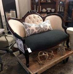 How to buy Vintage Furniture Victorian Couch, Antique Couch, Victorian Furniture, Vintage Furniture, Sofas Vintage, Vintage Settee, Couch Makeover, Furniture Makeover, Biedermeier Sofa