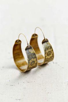 10 Gold Hoop Earrings That Will Up Your Style, 10 goldene Creolen, die Ihren Stil aufwerten, This image. Cute Jewelry, Jewelry Box, Jewelry Accessories, Fashion Accessories, Jewelry Design, Bullet Jewelry, Jewelry Necklaces, Geek Jewelry, Gemstone Bracelets
