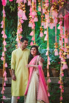 The Henna pot's a stirring, your pastel outfits and sunglasses are prepped and you so ready for your Mehndi. One of the most beautiful events, it's a sure shot way of getting brilliant pictures too! The right mehndi decoration. Desi Wedding, Wedding Stage, Wedding Events, Wedding Mandap, Wedding Book, Gold Wedding, Wedding Flowers, Mehndi Decor, Mehendi
