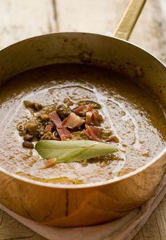 Zuppa di ceci, funghi e peperoncino - Ricette con i funghi, i protagonisti dell'autunno - Ingredienti (per 4 persone) 1 costa di sedano 1 cipolla 2 foglie di alloro 400 g ceci già lessati 1 manciata di porcini secchi 100 g di prosciutto crudo in una sola...