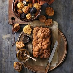 Bake up a cornucopia of cakes and quick breads this fall with a loaf pan featuring a bountiful pumpkin patch. Made of cast aluminum, it heats quickly and evenly and features a gold-tone, nonstick finish that guarantees easy release and well-defined shapes. Simply pour in your favorite batter and bake, then sprinkle with powdered sugar or glaze before serving. <ul> <li>Unique cast-aluminum shapes add visual interest to fall and harvest baked goods.</li> <li>Cast-al...