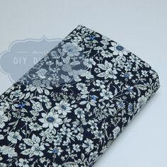 Tissu à fleurs blanches type liberty.
