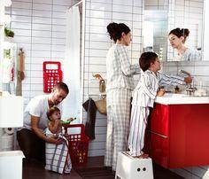 Multifunktionales Familienbad u. a. mit GODMORGON Waschbeckenschrank mit 4 Schubladen Hochglanz rot, GODMORGON Spiegelschrank mit 2 Türen, L...