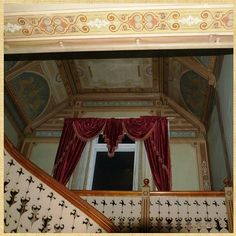 Kveldsfoto fra hallen i Villa Bergfall, tatt mot repos mellom etasjene. Trapp fra 1898, dekorasjonsmalingen fra ca. 1902 🏰💒💐🎨 #villabergfall #walldecor #herskapelig #dekorasjonsmaling #gamlehus #trapp #gardiner
