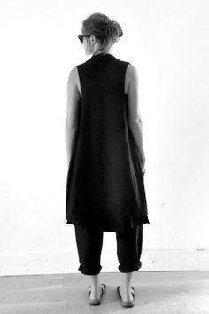 manteau sans manche en lin épais noir - LE VESTIAIRE DE JEANNE, blouse  tablier en lin blanc - LE VESTIAIRE DE JEANNE, sarouel en lin noir - LE  VESTIAIRE DE ... 4b09524008d6