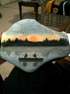 ❤~Piedras Pintadas~❤ ♥ ⊰❁⊱ Sunset Fishermen on a rock. Silhouettes are so easy to do. Great for holding down table cloth from wind. (or beach towels at poolside) Pebble Painting, Tole Painting, Pebble Art, Stone Crafts, Rock Crafts, Pierre Decorative, Rock And Pebbles, Hand Painted Rocks, Painted Stones