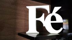 Palavra Fé de MDF. Fica em pé sem apoio 15 cm altura x 18 mm espessura  Perfeito para decorar sua casa ou escritório, para presentear, etc...  Podemos fazer outras palavras ou modelos.  Poderá ser feito em qualquer cor.  O tempo para a confecção pode variar para mais ou para menos, consulte antes.  OS OBJETOS DECORATIVOS NÃO ACOMPANHAM O PEDIDO. R$ 32,99