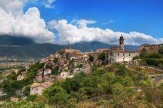 Immer wieder auf einem Hügel ist ein hübsches Bergdorf zu entdecken
