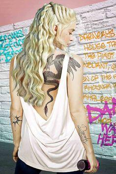 Daenerys Targaryen is reinvented as the girl with the dragon tattoo - and . - Daenerys Targaryen is reinvented as the girl with the dragon tattoo – and … – Daenerys Targa - Tatouage Game Of Thrones, Game Of Thrones Tattoo, Game Of Thrones Art, Game Of Thrones Characters, John Snow, Dragon Tattoo For Women, Dragon Tattoo Designs, Daenerys Targaryen, Khaleesi