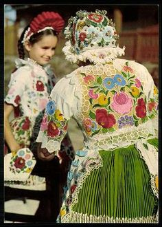 Hungarian lace and embroidery ❤️ Hungarian Embroidery, Folk Embroidery, Learn Embroidery, Embroidery Patterns, Floral Embroidery, Embroidery Stitches, Traditional Dresses, Traditional Art, Braided Line