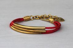 Chouchou du jour : le Bracelet Fantaisie Coton Rouge de Made ! En laiton recyclé et coton. Bijou équitable fait main au Kenya.