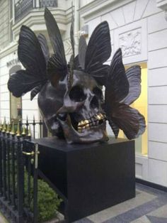 Damien Hirst and Phillipe Pasqua sculpture Memento Mori, Damien Hirst, Crane, Modern Art, Contemporary Art, Skull And Bones, Art Plastique, Skull Art, Oeuvre D'art