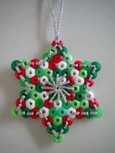 Kerstster van strijkkralen en borduurwerk