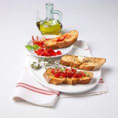 La ricetta facile e veloce per preparare in 10 minuti la classica bruschetta al pomodoro. Un piatto leggero e sfizioso adatto a chi segue una dieta vegana. Bruschetta, Spanish Omelette, Antipasto, Finger Foods, Buffet, Waffles, French Toast, Menu, Cooking