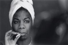 Nina Simone foi umaartistano mínimo, de grande respeito e admiração.Cantava, compunha e tocava piano(foi uma das primeiras negras que ingressou naJulliard School). Foi uma das representantes d…