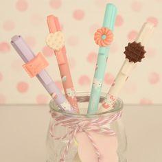¡Buenos días! Como sabemos que a muchos de vosotros os encantan los bolígrafos hemos estado reorganizando la sección para que podáis encontrar facilmente el boli que buscáis. Todos los bolis estan organizados por colores y ya os aviso que de algunos, como estos de la foto tan apetitosos de Hello Kitty, quedan poquísimas unidades  ¡Feliz fin de semana! www.dulcewashitape.com #dulcewashitape #papeleria #boligrafos #hellokitty