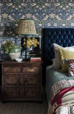 Love the rich blue bed head and contrasting delicate patterns / colours ( tho'. - - Love the rich blue bed head and contrasting delicate patterns / colours ( tho' probably a bit too many patterns here for me) Like the dark wooden furniture Home Bedroom, Bedroom Decor, Bedroom Ideas, Diy Interior, Interior Design, Interior Office, Modern Interior, Deco Cool, Chinoiserie Wallpaper