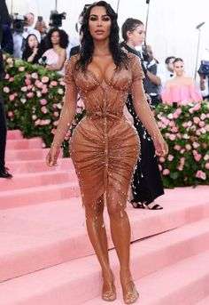 The Met Gala 2019 is the biggest fashion event of the year. See the best red carpet looks from your favorite celebrities and designers. Kim Kardashian Hot, Estilo Kardashian, Kardashian Wedding, Look Fashion, Fashion Outfits, Met Gala Red Carpet, Festival Looks, Red Carpet Looks, Sexy Hot Girls