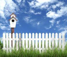 Ein Holzgartenzaun wirkt charmant in jedem Garten, Gartenzaun aus Holz für die Gemütlichkeit, Holzzaun weiß streichen, Gartenzaun bauen