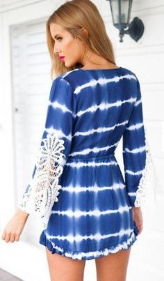 98bb8ebf22 Vestido playero boho azul y blanco con mangas decoradas crochet