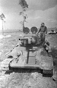 T-34-76 выпуска 1942 с боевыми повреждениями / T-34-76 моd, 1942 with battle damage