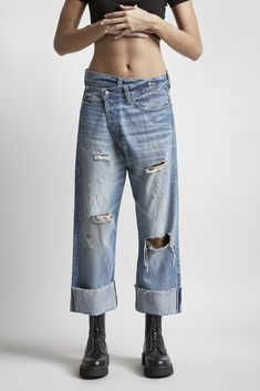Boyfriend loose fit distressed jeans with asymmetrical fly closure, cool black combat boots and distressed jeans outfit, asymmetrical zipper closure on jeans Distressed Jeans Outfit, Outfit Jeans, Denim Look, Denim On Denim, Denim Overalls, Ropa Upcycling, Casual Wedding Attire, Moda Jeans, Designer Jeans For Women