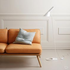 Fredericia – Spine Lounge Suite Sofa by Space Copenhagen – offering a modern flavour in its own succinct and simple way. Nordic Design, Scandinavian Design, Deco Furniture, Furniture Design, Jotun Lady, Serge Mouille, Danish Interior, Lounge Suites, Luminaire Design