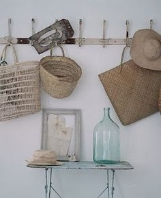 Brocante hal 'shabby chic'. Verweerde kapstok en tafeltje met allerlei leuke oude accessoires.  #entryway