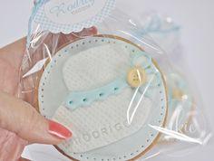Galleta decorada de patuco o calcetín de bebé en color azul para bautizo de niño!! Galletas originales y personalizadas para bebés decoradas en fontant y con un packaging bonito!!