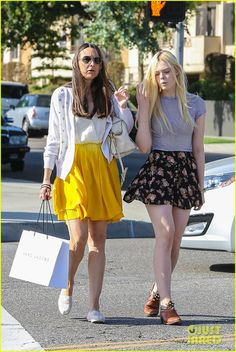 elle fanning shops with her mom in weho 07