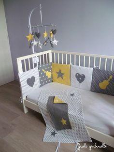 Tour de lit, housse matelas à langer, mobile pour la chambre de notre fils.  Création : guili gribouilli Thème : rock, étoile, cœur Couleur : jaune, gris, blanc, yellow, grey Baby room