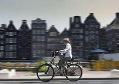 Una ciclista en Ámsterdam (Países Bajos).