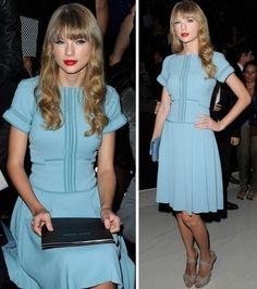 O look delicado em azul pastel da cantora Taylor Swift no desfile da grife Elie Saab em Paris