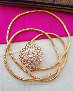 Thaali mugappu Gold Necklace Simple, Gold Jewelry Simple, Gold Necklaces, Necklace Set, Pendant Necklace, Gold Bangles, Jewelry Design Earrings, Gold Jewellery Design, Necklace Designs