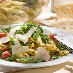 Mit Rucola, Tomaten und Parmesan trifft dieser Salat fast jeden Geschmack und passt zu jeder Grillparty. Die Nudeln lassen sich praktischerweise schon am Vortag kochen.