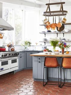 There is no question that designing a new kitchen layout for a large kitchen is much easier than for a small kitchen. A large kitchen provides a designer with adequate space to incorporate many convenient kitchen accessories such as wall ovens, raised. Kitchen Interior, New Kitchen, Kitchen Decor, Kitchen Ideas, Kitchen Designs, Closed Kitchen, Interior Livingroom, Kitchen Layout, Home Design