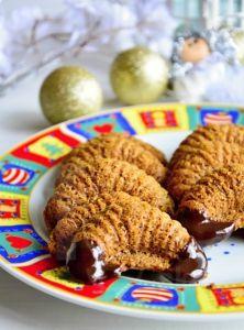 Počas Vianoc si rada vychutnávam práve takéto drobné trvanlivé pečivo, ktoré krásne chrumká medzi zubami. Vždy si na tanierik zoberiem zopár kúskov, zababuším sa do deky azapíjam horúcim čajom. :) Vo vianočnomrepertoári lineckých koláčikov, vanilkových rožtekov amedovníčkov predsa tieto fantastické fúkané rožteky nemohli ch&ya Cookies, Chicken, Meat, Food, Crack Crackers, Meal, Eten, Hoods, Meals